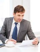 Бизнесмен с ноутбуком и документов — Стоковое фото