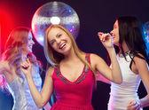 Три улыбающихся женщин, танцы в клубе — Стоковое фото