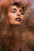 Donna con lunghi capelli ricci — Foto Stock