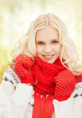十几岁的女孩在红色手套和围巾 — 图库照片