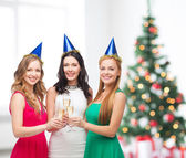 Tři ženy nosí klobouky s šampáňo — Stock fotografie