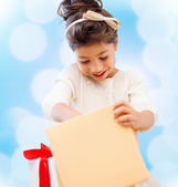Happy child girl with gift box — Stock Photo