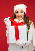 Smiling woman in white clothes with gift box — Stockfoto