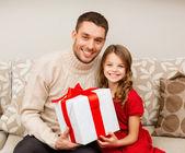 Baba ve kızı hediye kutusu tutan gülümseyerek — Stok fotoğraf