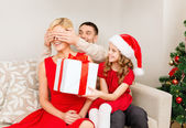 Father and daughter surprise mother with gift box — Stockfoto
