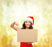 微笑包裹箱的圣诞老人 helper 帽子的女人 — 图库照片