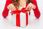Manos de mujer abriendo las cajas de regalo — Foto de Stock