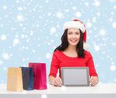 通过使用 tablet pc 的圣诞老人 helper 帽子的女人 — 图库照片