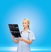 Kadın doktor veya hemşire şırınga tutan maskeli — Stok fotoğraf