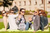 öğrenciler veya el sallayarak gençler grubu — Stok fotoğraf