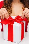 女人手打开礼品盒 — 图库照片