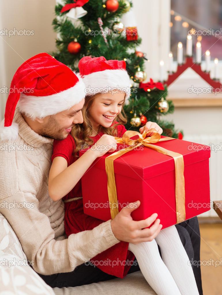 Sonriente padre e hija abrir la caja de regalo fotos de - Regalo navidad padre ...