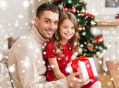 微笑着的父亲和女儿捧着礼物的盒子 — 图库照片