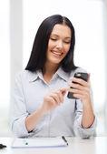 微笑的商人或学生用智能手机 — 图库照片