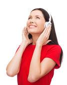 Mujer sonriente con auriculares — Foto de Stock