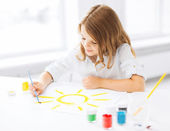 Little girl painting picture — Stock Photo