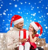 微笑着父亲给女儿的礼品盒 — 图库照片