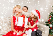 Father and daughter surprise mother with gift box — Stock Photo
