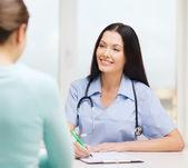 Doktor veya hemşire ile hasta gülümseyen — Stok fotoğraf