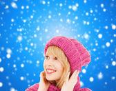 Femme en rose bonnet et écharpe — Photo