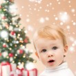 Happy little boy with christmas tree and gifts — ストック写真