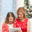 Мать и дочь с планшетным ПК — Стоковое фото
