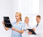 Ernstige arts of verpleegkundige kijken naar x-ray — Stockfoto