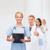 Sourire femme médecin ou une infirmière avec le presse-papier — Photo