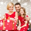 Happy family opening gift box — Stockfoto