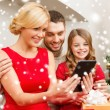 Smiling family with tablet pc — Stock fotografie
