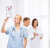 Doctor or nurse drawning checkmark into checkbox — Stockfoto