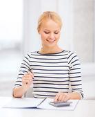 Frau mit notebook und rechner studium — Stockfoto