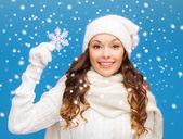 Kvinna med stor snöflinga — Stockfoto
