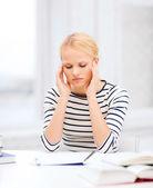 üniversitede okuyan konsantre kadın — Stok fotoğraf