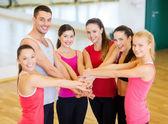 Groep van mensen in de sportschool vieren overwinning — Stockfoto