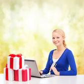 礼品、 便携式计算机和信用卡的女人 — 图库照片