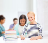Smiling woman studying in college — Stock fotografie