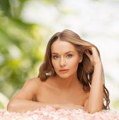 Frau mit rosenblüten und langes haar — Stockfoto
