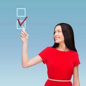 Ung kvinna i röd klänning pekar fingret — Stockfoto