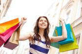 Mulher bonita com sacos de compras no grosso — Foto Stock