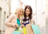 Krásné ženy s nákupní tašky v brod — Stock fotografie