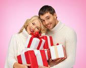 Par romântico em uma camisolas com caixas de presente — Foto Stock