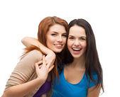 Deux filles riantes étreindre — Photo