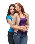 Två skrattande tjejer kramas — Stockfoto