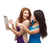 Deux teenages souriants avec tablette pc — Photo