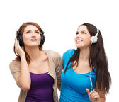 Two smiling teenagers with headphones — Stock fotografie