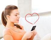 Mulher com smartphone em casa — Foto Stock