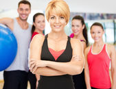 Group of smiling people exercising in the gym — Стоковое фото