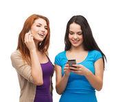 Deux adolescents souriants avec les smartphones — Photo