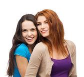 两个女孩微笑拥抱 — 图库照片